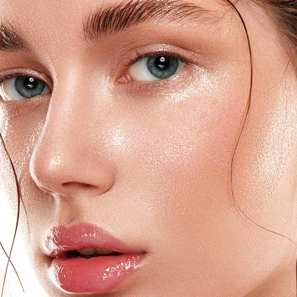 Chica de piel clara y grasa con labios carnosos rosas y ojos azules