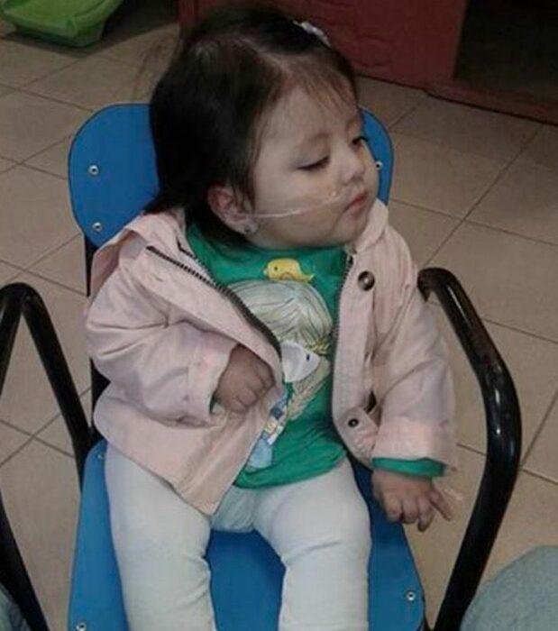 Zoe sentada en una silla azul