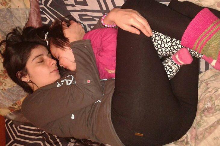 Nuria Pérez y Zoe dormidas en la cama
