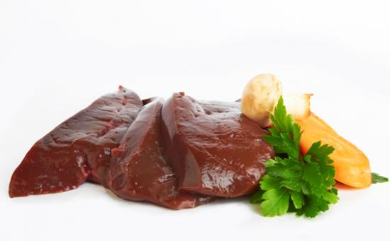 Filete de hígado crudo con champiñones, zanahorias y cilantro