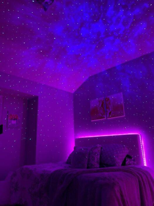Habitación morada y rosa con efecto de galaxia en el techo