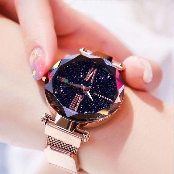 Reloj morado con efecto de cristal y fonfo de galaxia