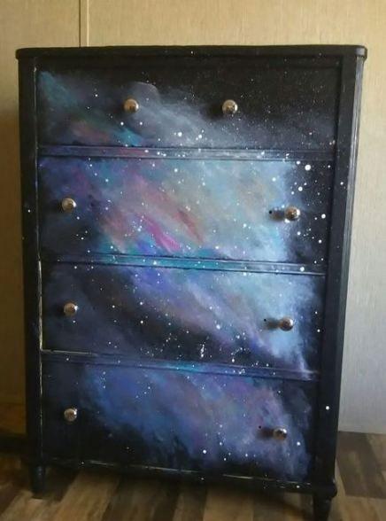 Mueble de madera para guardar ropa pintado con efecto de galaxia