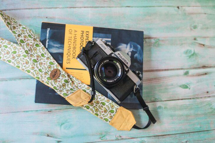 Cámara fotográfica con correa de dibujos de aguacate; Artículos para las chicas que aman el aguacate