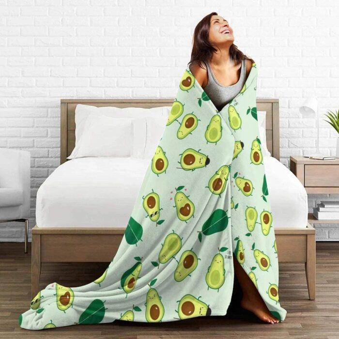 Chica cubierta con una manta estampada con aguacates; Artículos para las chicas que aman el aguacate