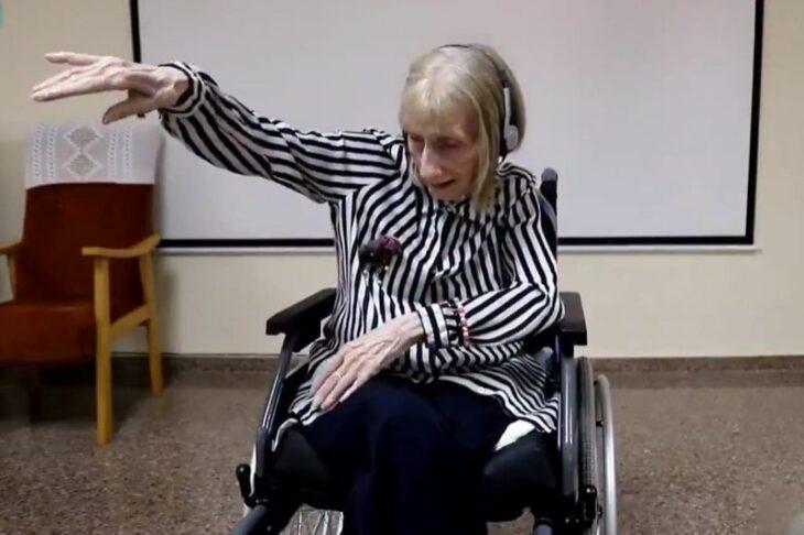 Marta C. González bailando en su silla de ruedas