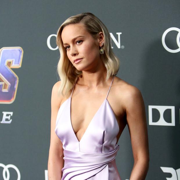 Brie Larson en estreno de Los vengadores con vestido escotado lila de tirantes