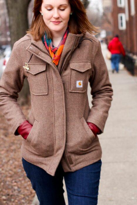 Chica usando chaqueta color rosa palo, con jeans