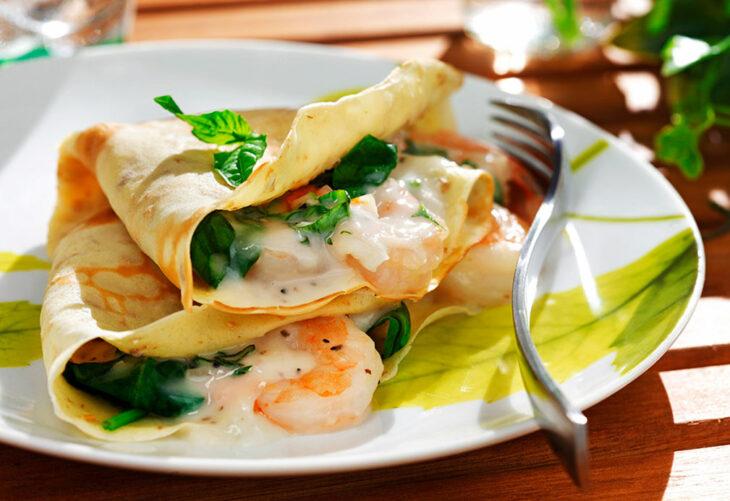 Crepas rellenas con mantequilla, camarones y especias; recetas con crepas