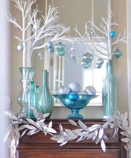 Mueble café con cuatro jarrones azul turquesa con ramas blancas con esferas azules