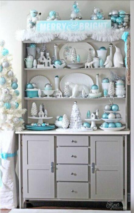 Mueble blanco de cocina con trates blancos y esferas turquesas como decoración