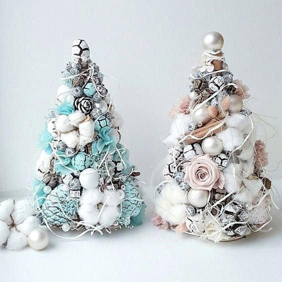 Arbolito de navidad azul turquesa con detalles blanco y arbolito de navidad blanco con decoración beige con esferas blancos