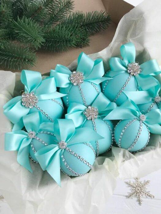 Caja de esferas azul Tiffany con moño arriba y aplicaciones plateadas