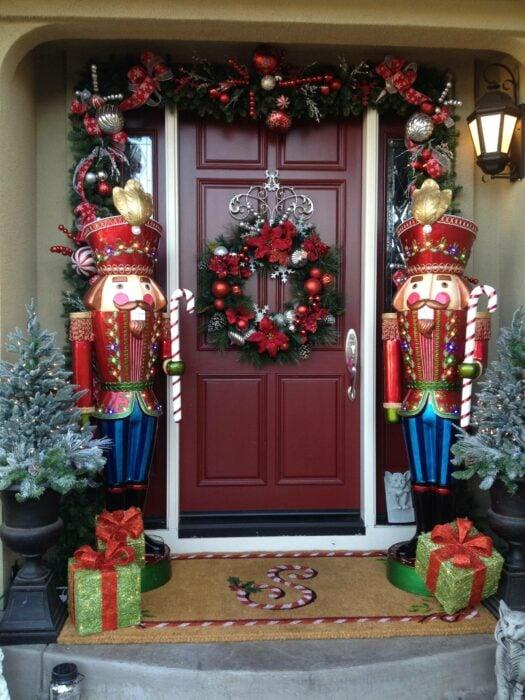 Puerta decorada con cascanueces y una corona en el centro de la puerta