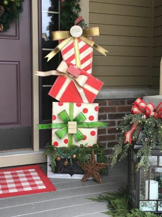 Decoración navideña de una puerta con regalos afuera
