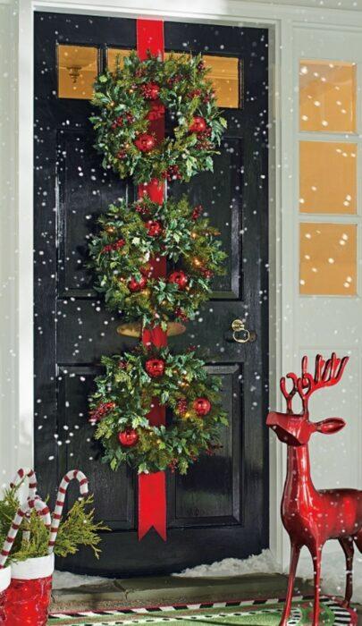 Decoración navideña en puerta