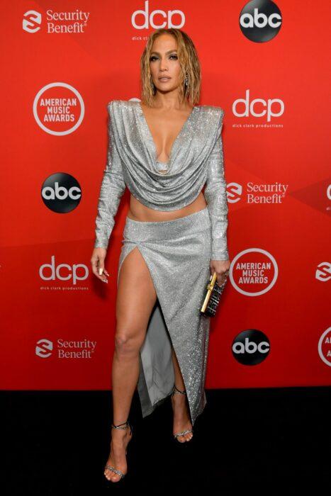 Jenifer Lopez usando un vestido de dos piezas de l amarca Belmain