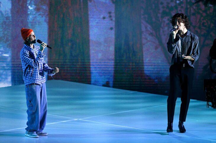 Shawn Mendes y Justin Bieber cantando en los video music awards