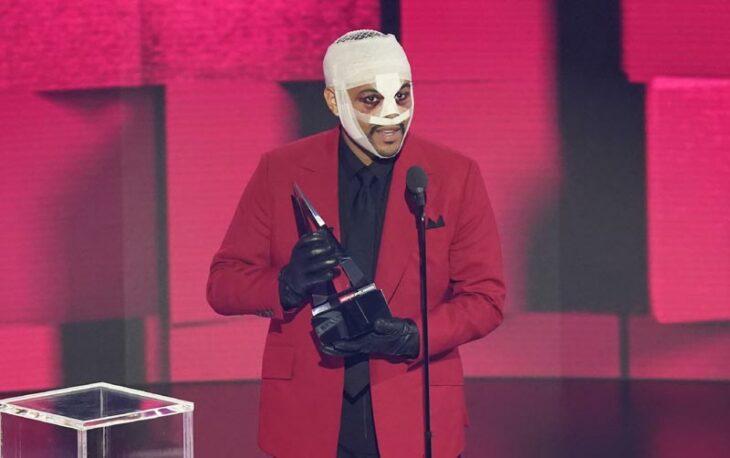 The Weeknd con vendas y moretones en el rostro