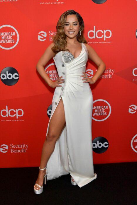 Becky G usando un vestido de color blanco durante la noche de los Video Music Awards
