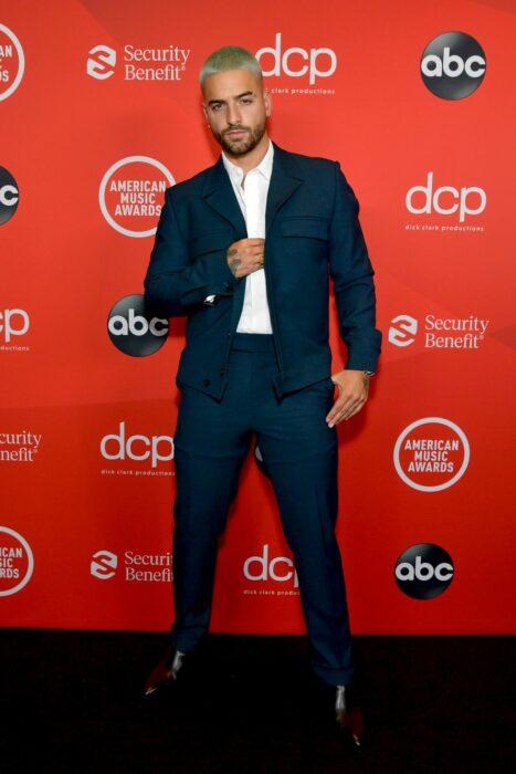 Maluma posando para la alfombra roja de los Video Music Awards