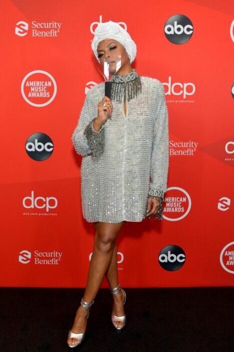 Taraji P. Hensonusando un vestido de color plateado con un turbante blanco en los Video Music Awards
