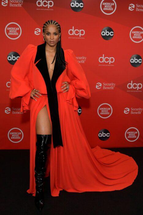 Ciara en un vestido de color rojo de Belmain durante la noche de los AMA'S