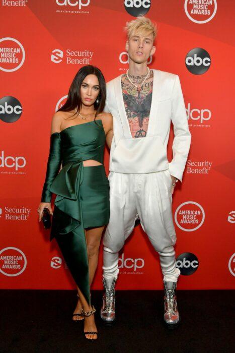 Megan Fox y Machine Gun Kellyposando para la alfombra roja de los Video Music Awards
