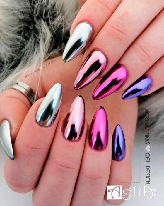 Chica con las uñas en un diseño metálico de colores diferentes