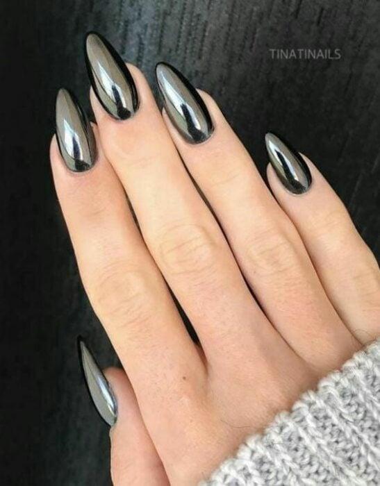 Chica con las uñas en un diseño metálico de color negro