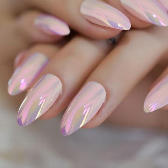 Chica con las uñas en un diseño metálico de color eosa