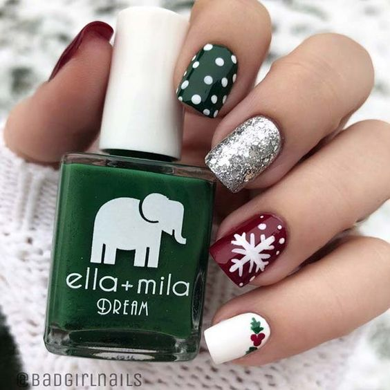 Uñas pintadas en tonos base plata, rojo, verde, con dibujos de copos blancos; diseños manicuras navideñas