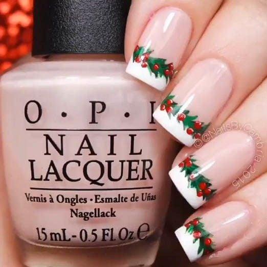 Uñas en estilo francés con guirnaldas navideñas en color verde; diseños manicuras navideñas