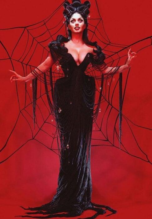 Vanessa Hudgens disfrazada como la viuda negra