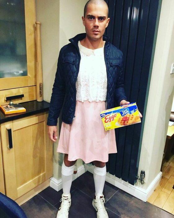 Max George disfrazado como Eleven de Stranger Things