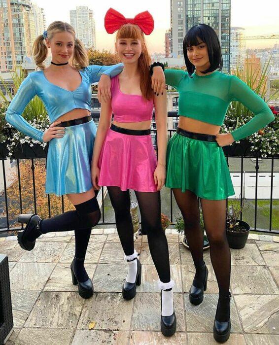 Lili Reinhart, Madelaine Petsch y Camila Mendes disfrazadas como las chicas superpoderosas