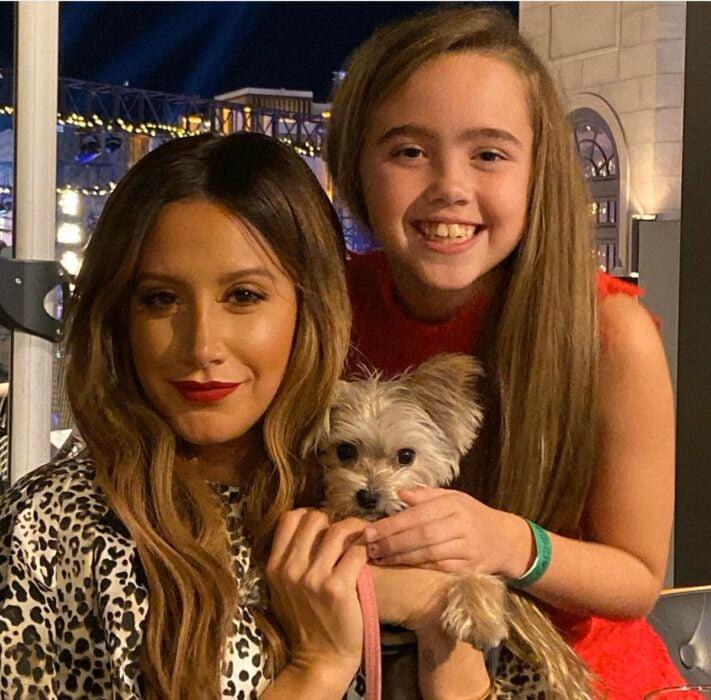 Ashley Tisdale junto a su sobrina tomándose una selfie