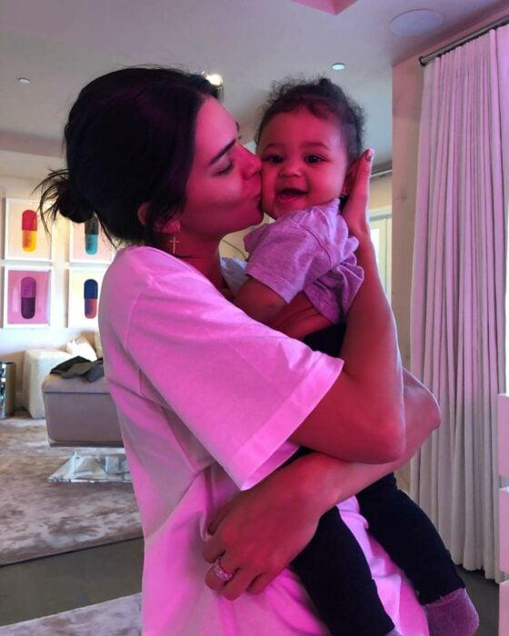 Kendall Jenner besando en la mejilla a su sobrina Stormi
