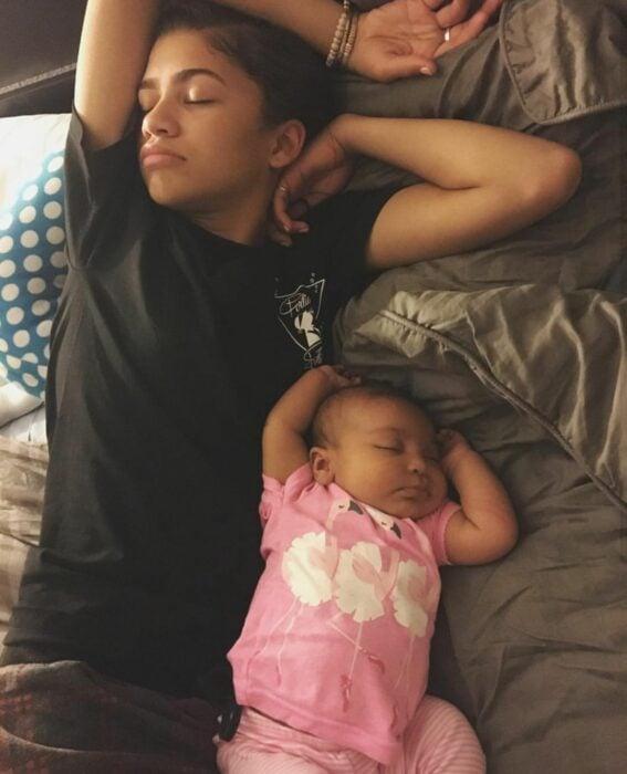 Zendaya durmiendo junto a su sobrina