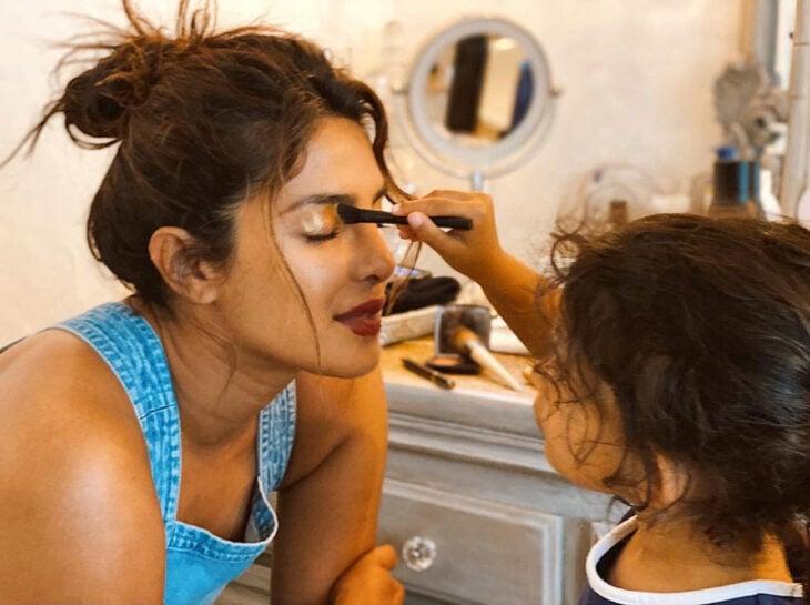 Priyanka Chopra jugando con su sobrina a maquillarse