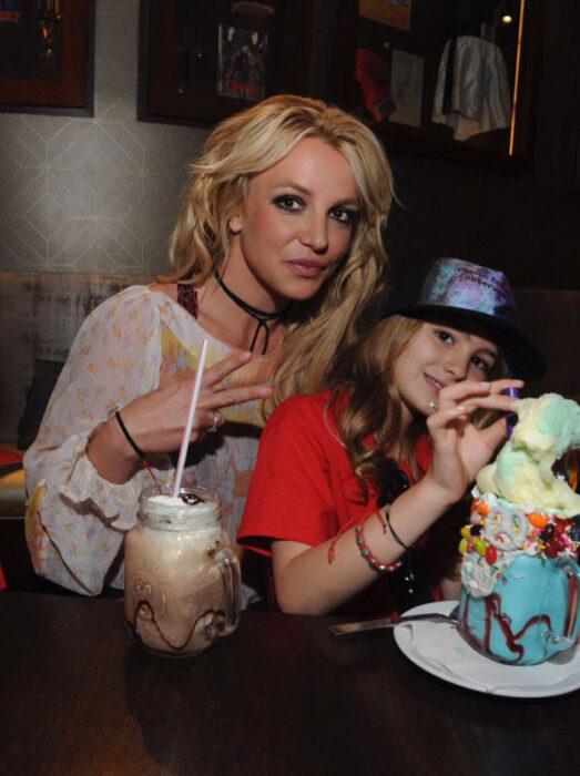 Britney Spears abrazando a su sobrina mientras les toman una fotografía