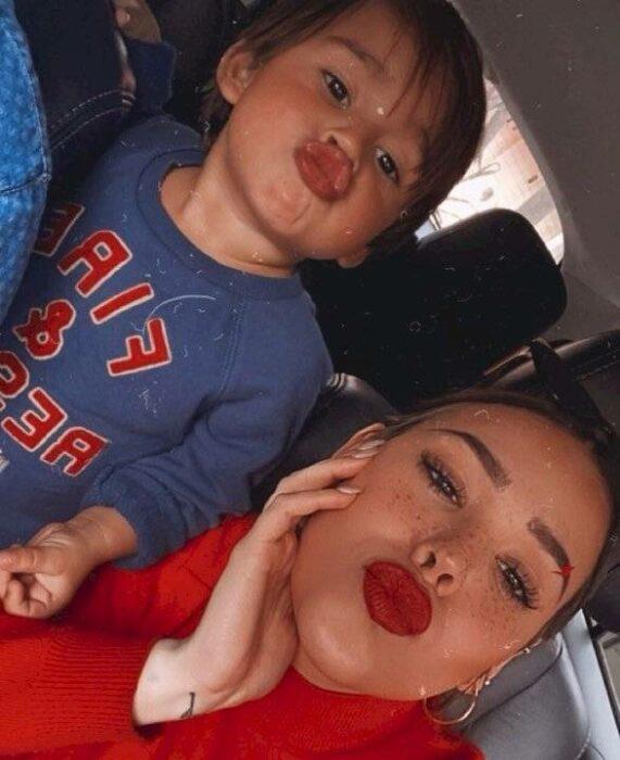 Danna Paola sosteniendo en brazos a su sobrino mientras se toman una selfie