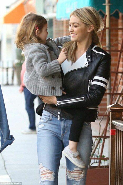 Gigi Hadid cargando a su sobrina y caminando con ella mientras van por la calle