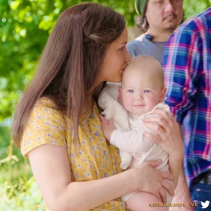 Jennifer Lawrece sosteniendo a su sobrino mientras estaban en el set de 'Los Juegos del Hambre'