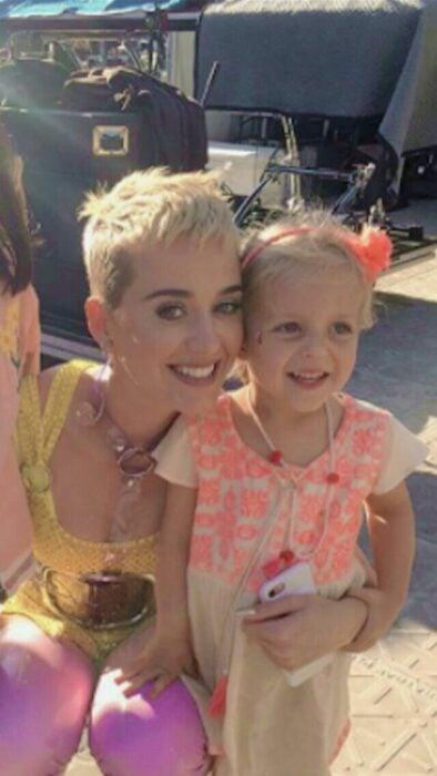 Katy Perry sonriendo para una foto mientras está junto a su sobrina
