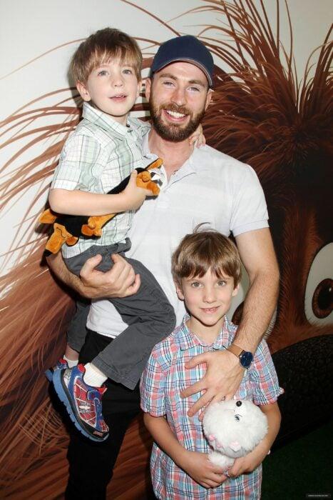 Chris Evans sosteniendo a su sobrino en brazos mientras se toma una foto durante una alfombra roja