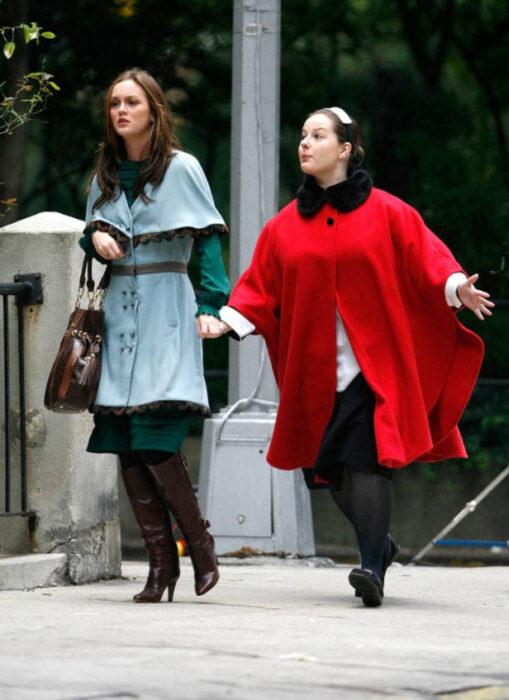 Escena de Gossip Girl en la que aparece Blair y Dorota caminando