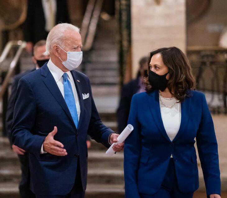 Kamala Harris y Joe Biden conversando mientras caminan