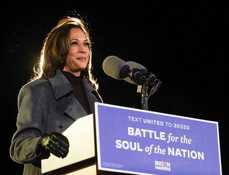 Kamala Harris promoviendo un discurso durante las elecciones de Estados Unidos