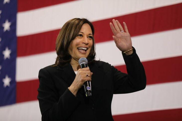 Kamala Harris saludando a los votantes durante uno de sus mitings en Estados Unidos